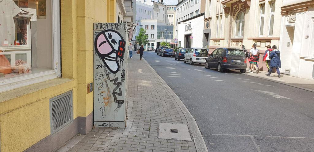 Weiblicher Wurm mit rosa Mundschutz in Dortmund
