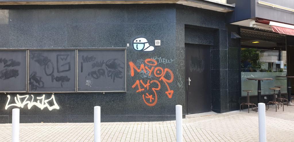 Wurm mit blauer Maske in Dortmund